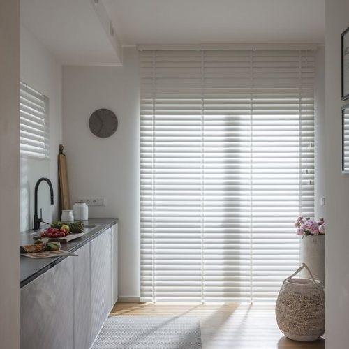 Witte bamboe jaloezieën van raamdecoratieshop.nl